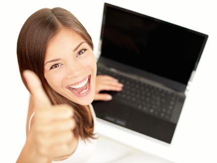 девушка с компьютером модель вебкам