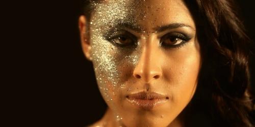 девушка с блестками на лице