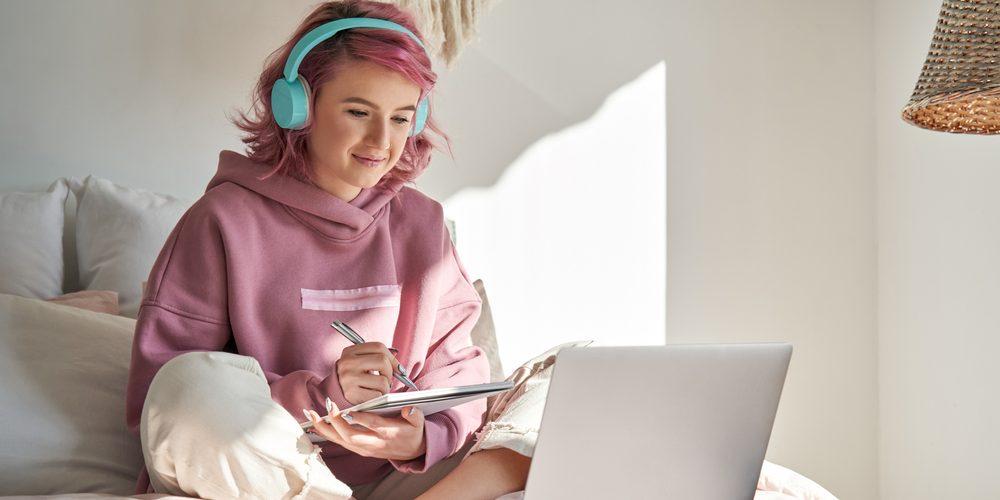 девушка учит фразы для вебкам