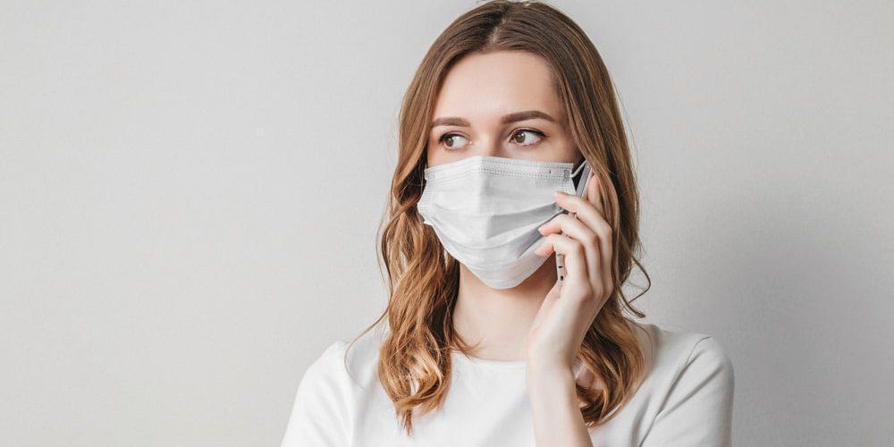 модель в медицинской маске