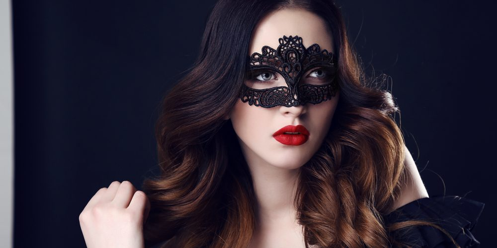 вебкам модель скрывает свое лицо за маской