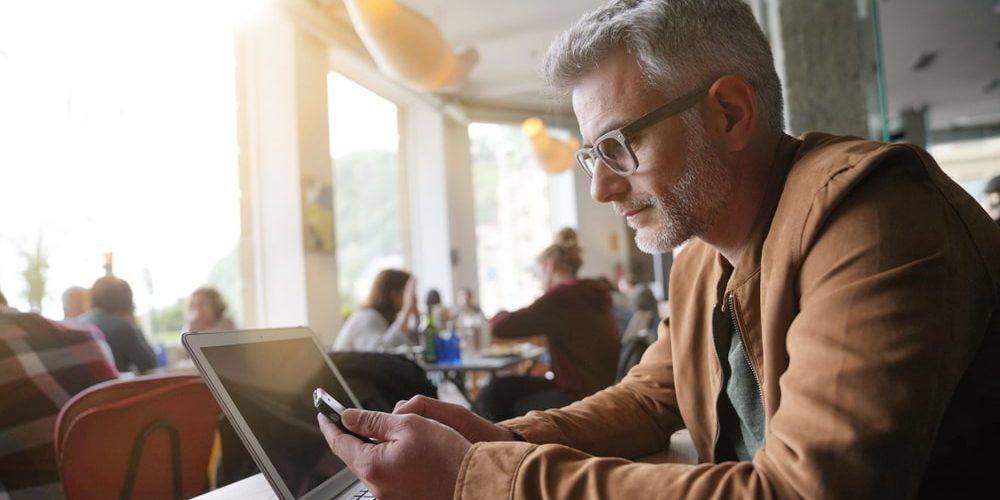 мужчина в 40 лет работает