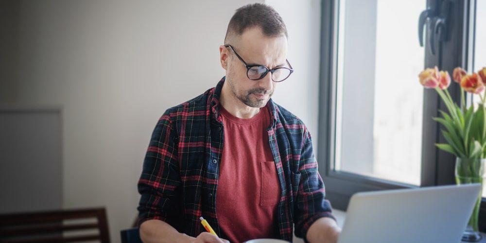 мужчина в 45 лет за ноутбуком